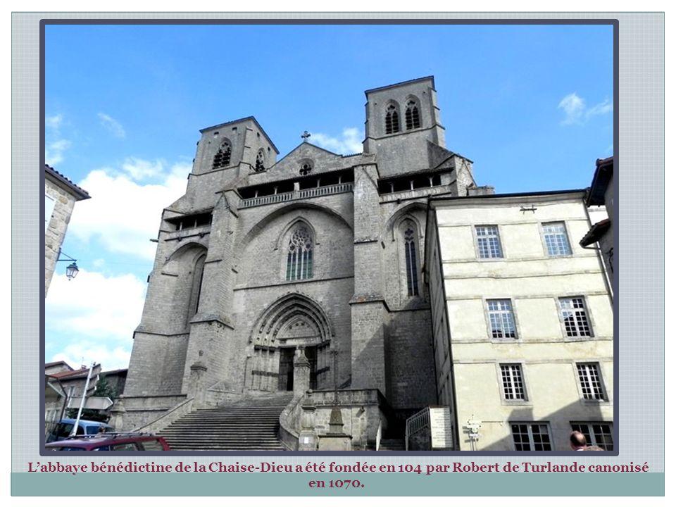 La place de l'Abbaye au pied de la façade