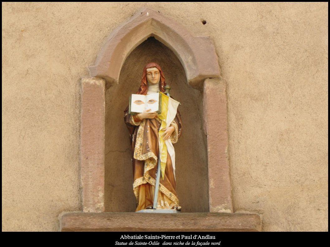 Abbatiale Saints-Pierre et Paul d'Andlau Statue de Sainte-Odile dans niche de la façade nord