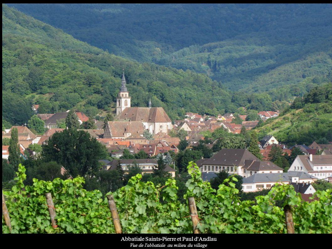 Abbatiale Saints-Pierre et Paul d'Andlau Vue de l'abbatiale au milieu du village