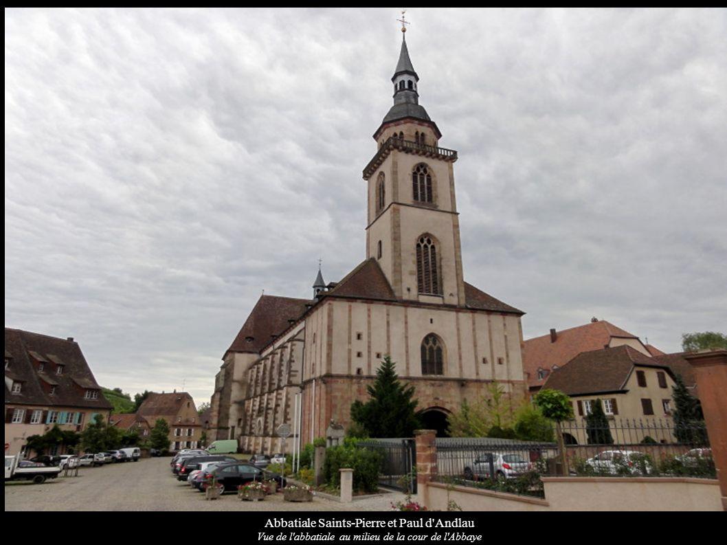 Abbatiale Saints-Pierre et Paul d'Andlau Vue de l'abbatiale au milieu de la cour de l'Abbaye