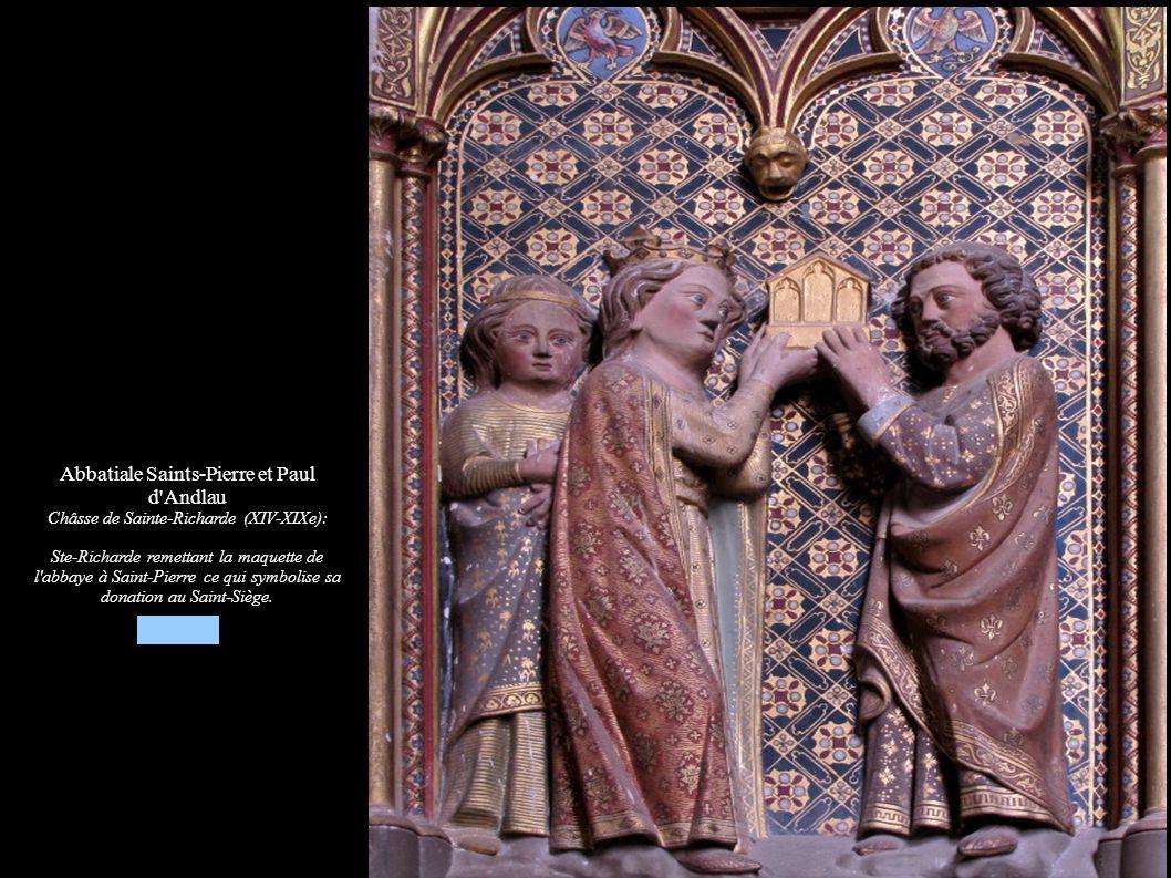 Abbatiale Saints-Pierre et Paul d'Andlau Châsse de Sainte-Richarde (XIV-XIXe): Ste-Richarde remettant la maquette de l'abbaye à Saint-Pierre ce qui sy