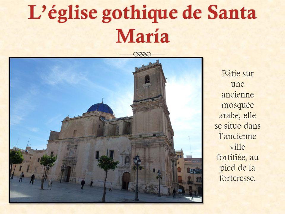 L'église gothique de Santa María Bâtie sur une ancienne mosquée arabe, elle se situe dans l'ancienne ville fortifiée, au pied de la forteresse.