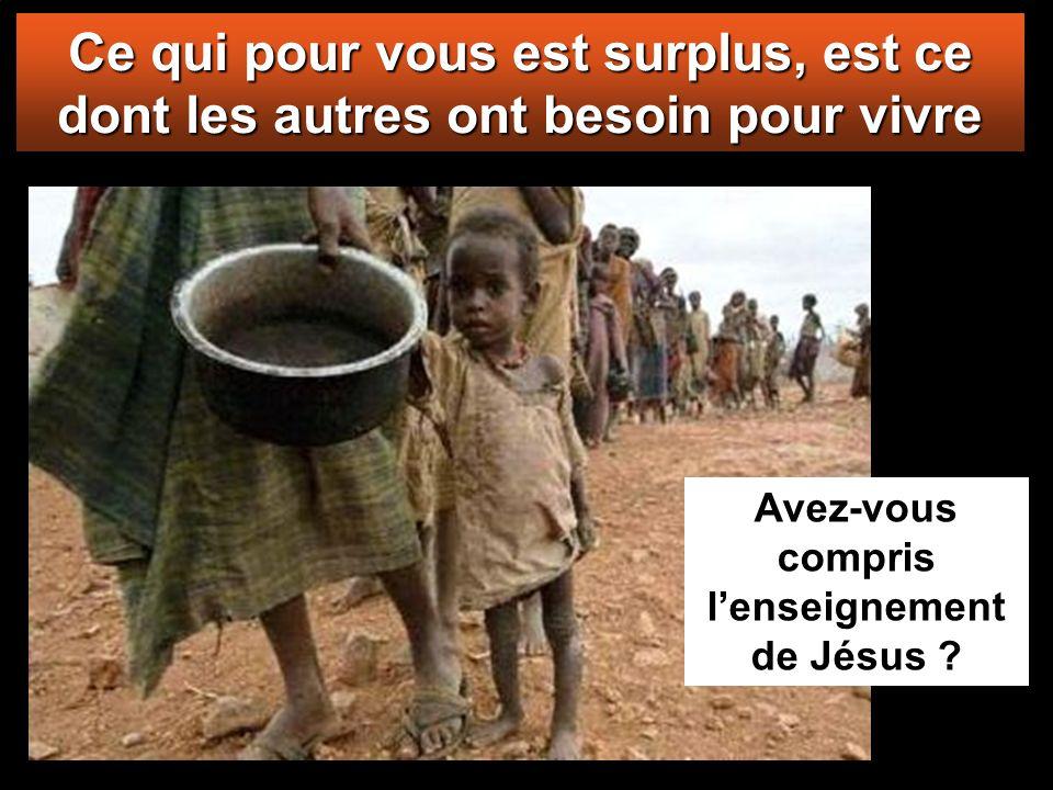 Car tous les autres ont donné de l'argent dont ils n'avaient pas besoin; mais elle, dans sa pauvreté, a offert tout ce qu'elle possédait, tout ce dont
