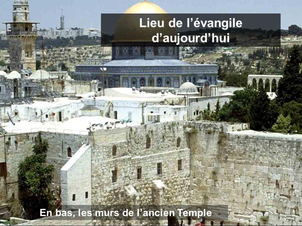 En bas, les murs de l'ancien Temple Lieu de l'évangile d'aujourd'hui