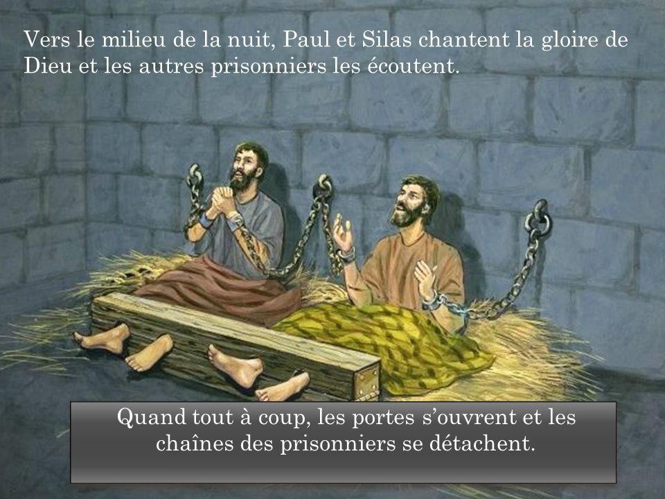 Vers le milieu de la nuit, Paul et Silas chantent la gloire de Dieu et les autres prisonniers les écoutent. Quand tout à coup, les portes s'ouvrent et