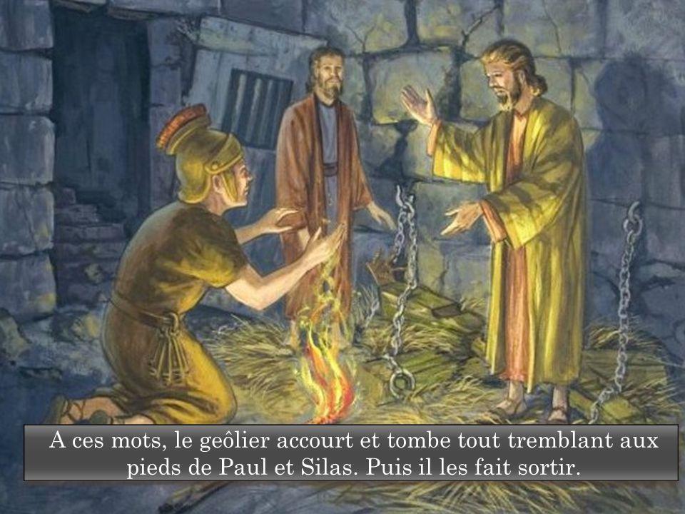 A ces mots, le geôlier accourt et tombe tout tremblant aux pieds de Paul et Silas. Puis il les fait sortir.