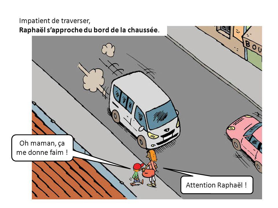 Impatient de traverser, Raphaël s'approche du bord de la chaussée.