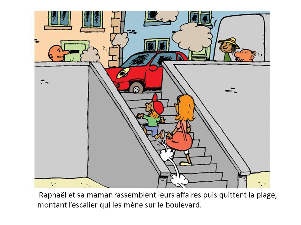 Raphaël et sa maman rassemblent leurs affaires puis quittent la plage, montant l'escalier qui les mène sur le boulevard.