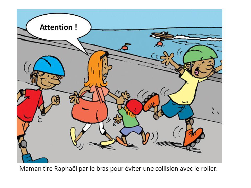 Maman tire Raphaël par le bras pour éviter une collision avec le roller. Attention !