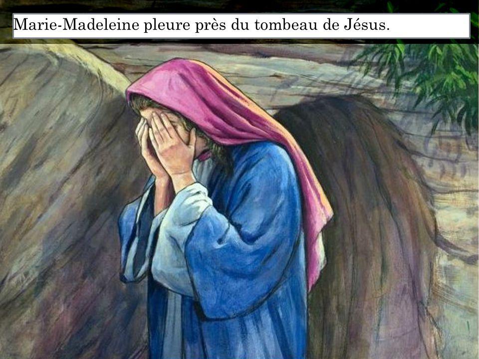 Marie-Madeleine pleure près du tombeau de Jésus.