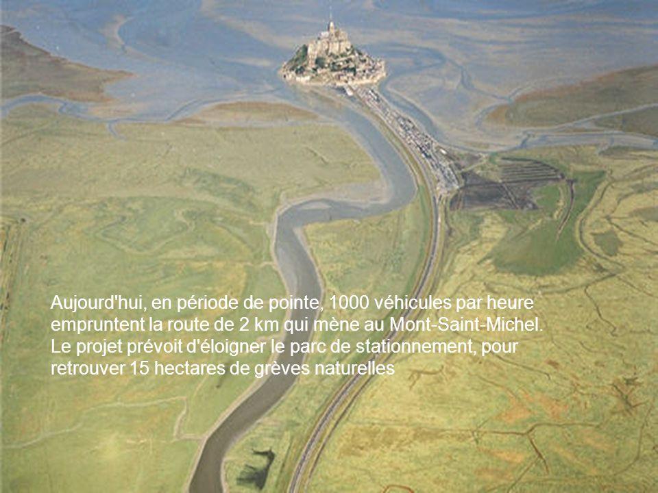 Aujourd'hui, en période de pointe, 1000 véhicules par heure empruntent la route de 2 km qui mène au Mont-Saint-Michel. Le projet prévoit d'éloigner le