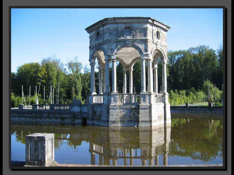 Le pavillon des Sept Etoiles, autrefois, pavillon d'Hercule, est le pivot de ce parc.