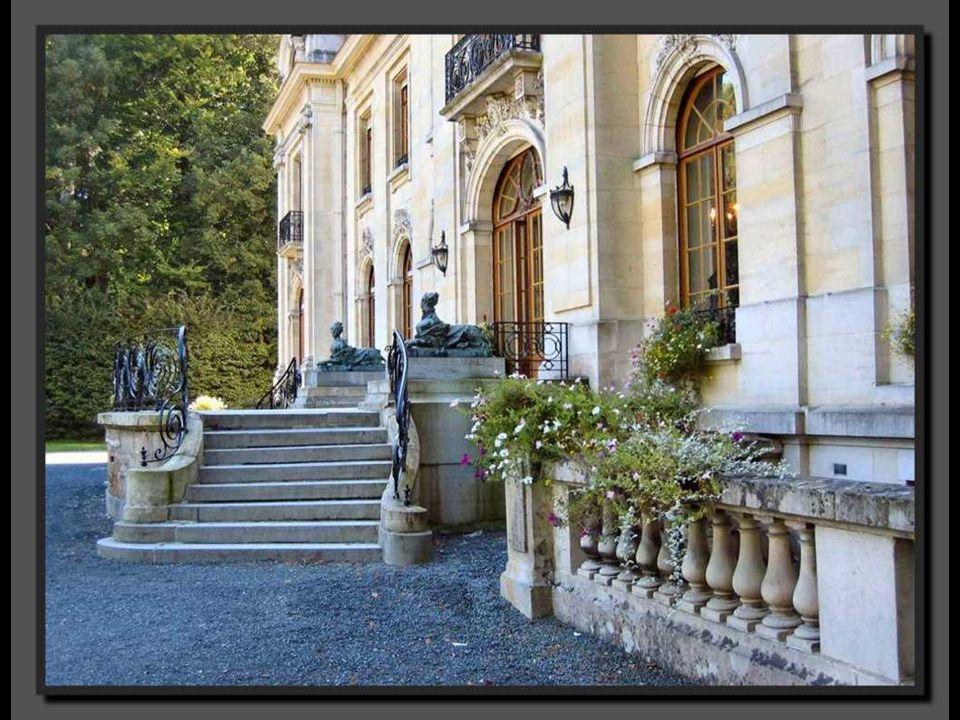 Dès 1607, Charles d Arenberg fait construire une nouvelle enceinte, réaménage le château et les jardins.