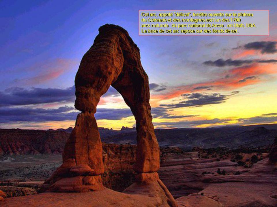 Cet arc, appelé délicat , fenêtre ouverte sur le plateau du Colorado et des montagnes est l'un des 1700 arcs naturels du parc national de Arcos, en Utah, U8A.