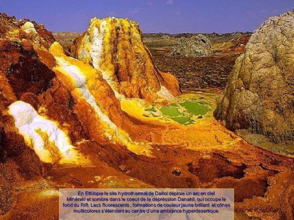 En Ethiopie le site hydrothermal de Dallol déploie un arc en ciel Minérakl et sombre dans le coeur de la dépréssion Danakil, qui occupe le fond du Rift.