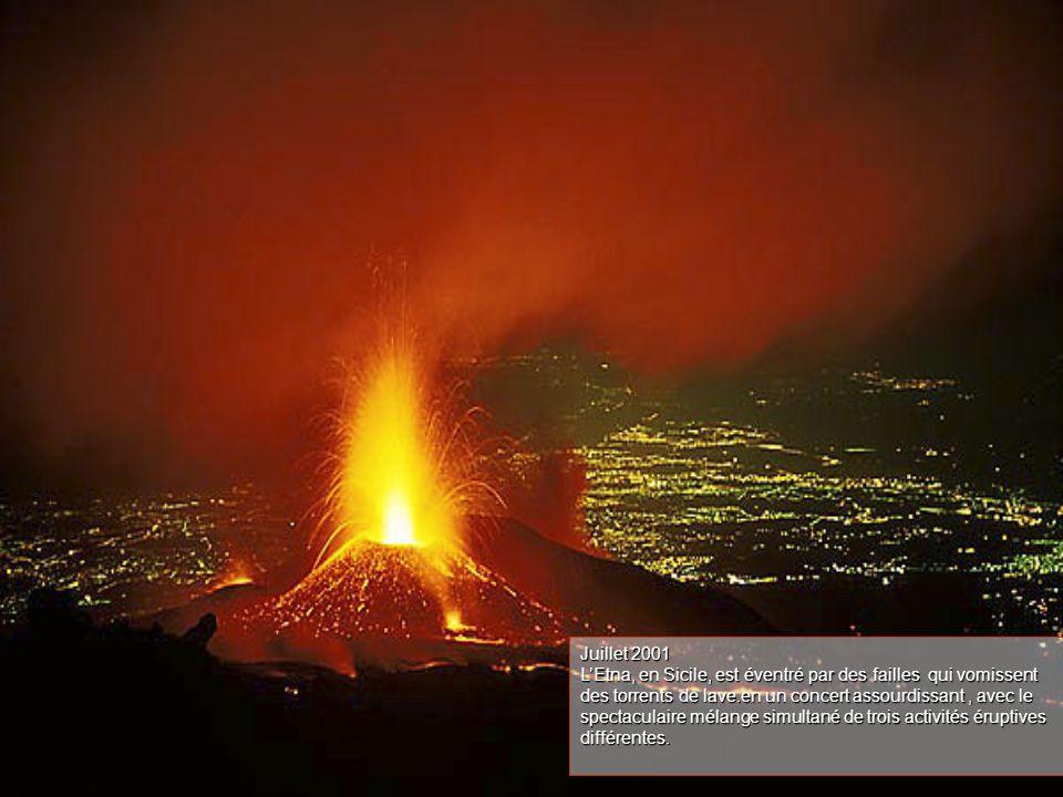 Juillet 2001 L'Etna, en Sicile, est éventré par des failles qui vomissent des torrents de lave.en un concert assourdissant, avec le spectaculaire mélange simultané de trois activités éruptives différentes.