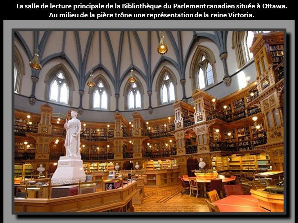 La salle de lecture principale de la Bibliothèque du Parlement canadien située à Ottawa. Au milieu de la pièce trône une représentation de la reine Vi