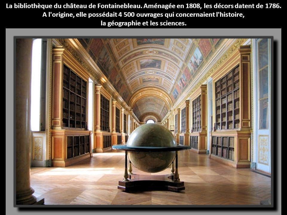La bibliothèque du château de Fontainebleau. Aménagée en 1808, les décors datent de 1786. A l'origine, elle possédait 4 500 ouvrages qui concernaient