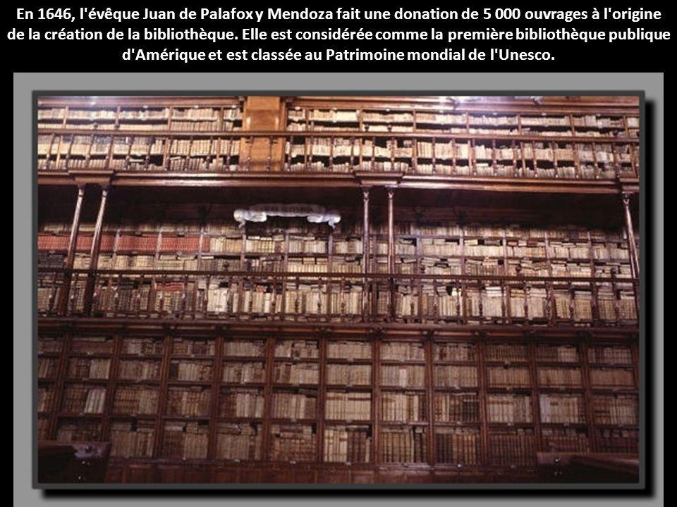 En 1646, l'évêque Juan de Palafox y Mendoza fait une donation de 5 000 ouvrages à l'origine de la création de la bibliothèque. Elle est considérée com