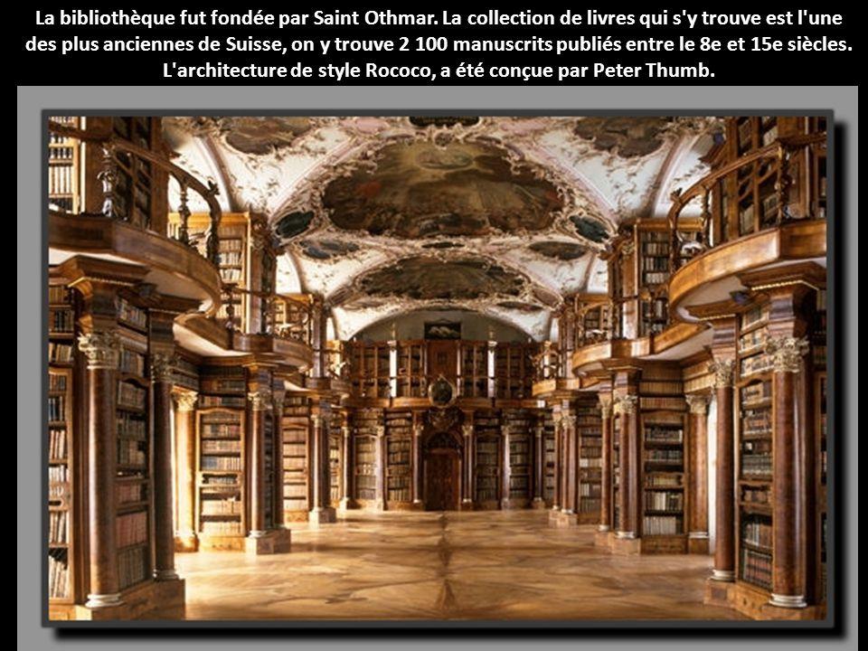 La bibliothèque fut fondée par Saint Othmar. La collection de livres qui s'y trouve est l'une des plus anciennes de Suisse, on y trouve 2 100 manuscri