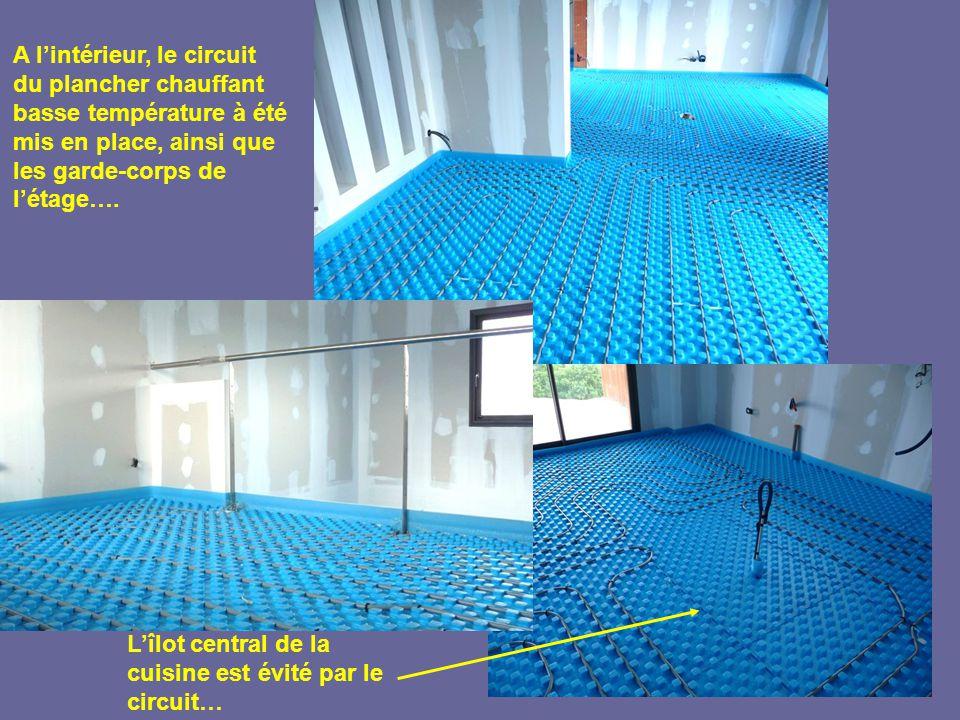 A l'intérieur, le circuit du plancher chauffant basse température à été mis en place, ainsi que les garde-corps de l'étage….