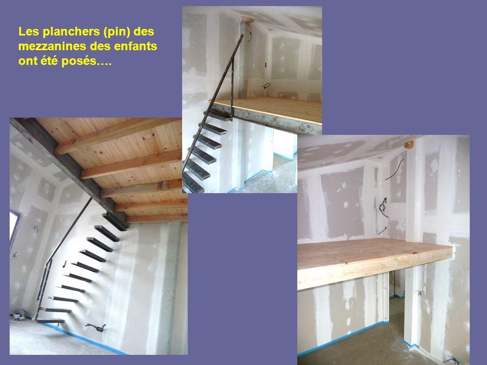 Les planchers (pin) des mezzanines des enfants ont été posés….