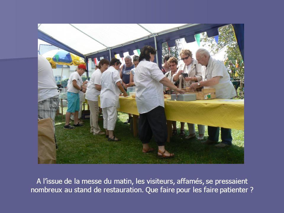 A l'issue de la messe du matin, les visiteurs, affamés, se pressaient nombreux au stand de restauration. Que faire pour les faire patienter ?