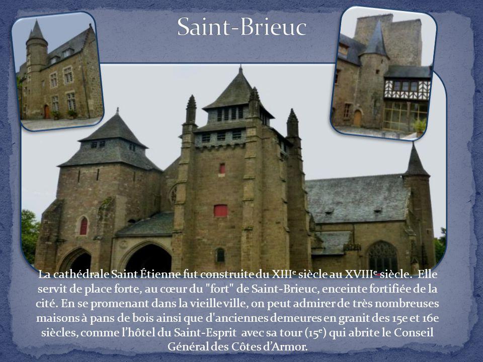 La cathédrale Saint Étienne fut construite du XIII e siècle au XVIII e siècle.
