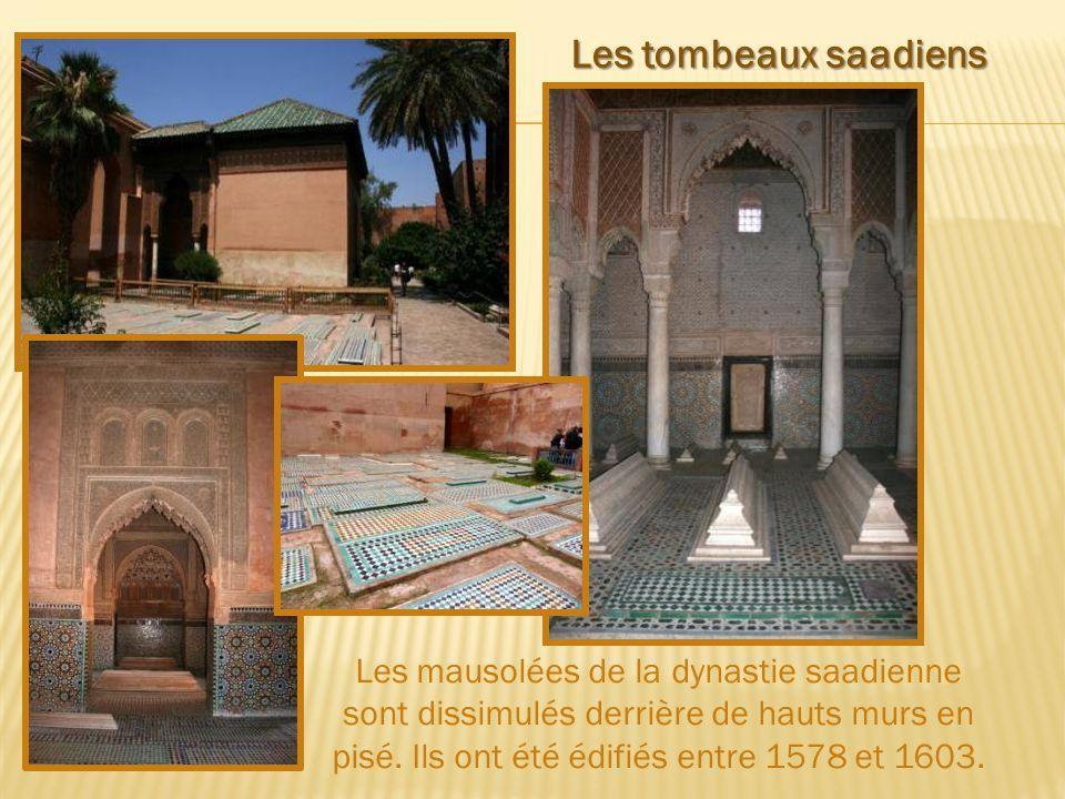Les mausolées de la dynastie saadienne sont dissimulés derrière de hauts murs en pisé.