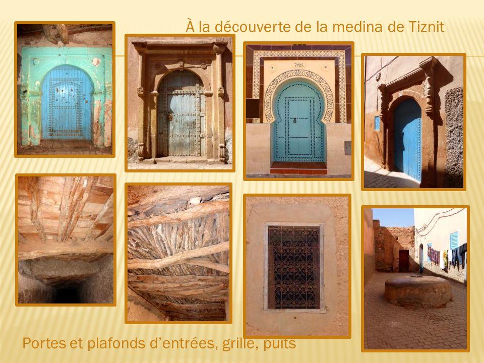 La place du Mechouar Malgré ses allures de vieille ville avec ses remparts de terre ocre, Tiznit ne fut fondée qu'à la fin du 19 ème siècle.