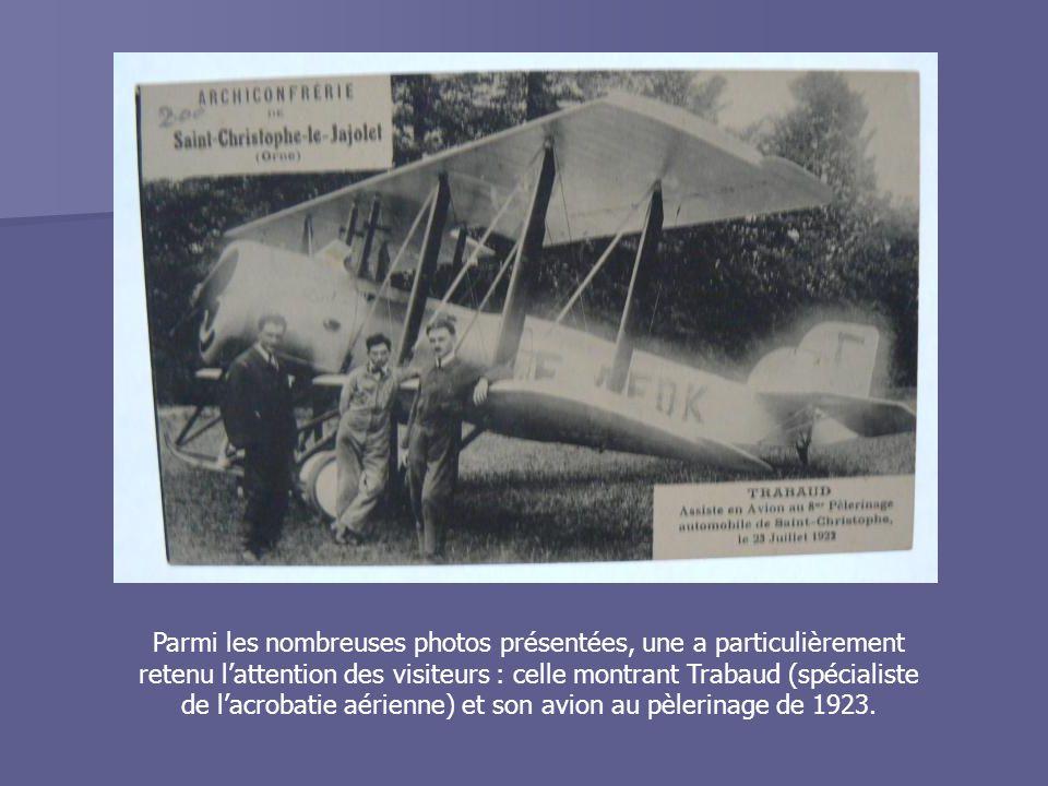 Parmi les nombreuses photos présentées, une a particulièrement retenu l'attention des visiteurs : celle montrant Trabaud (spécialiste de l'acrobatie aérienne) et son avion au pèlerinage de 1923.