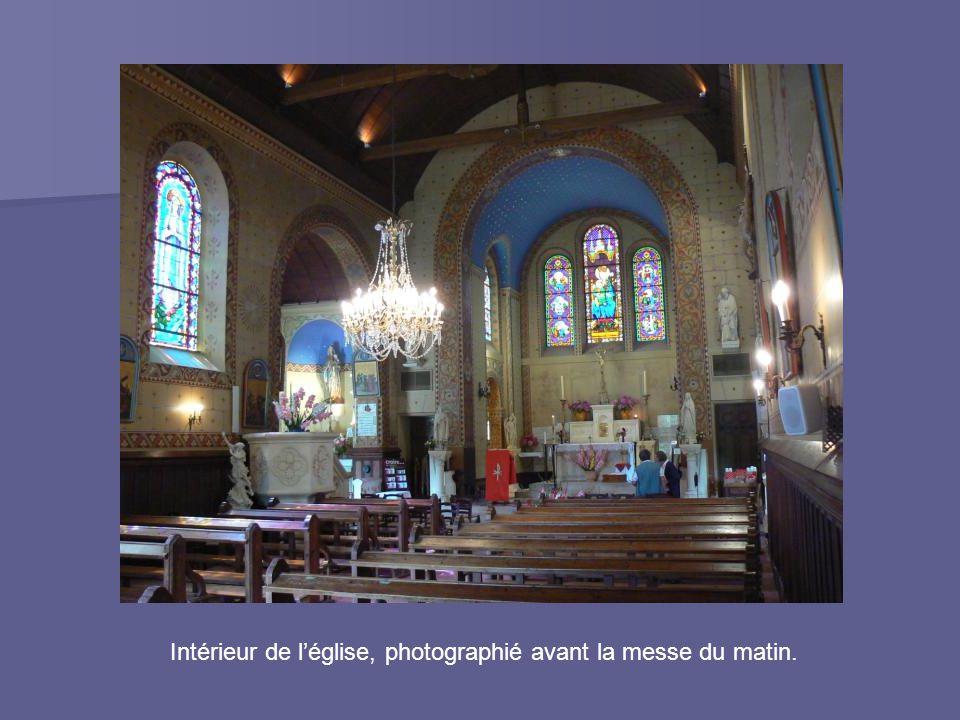 Intérieur de l'église, photographié avant la messe du matin.