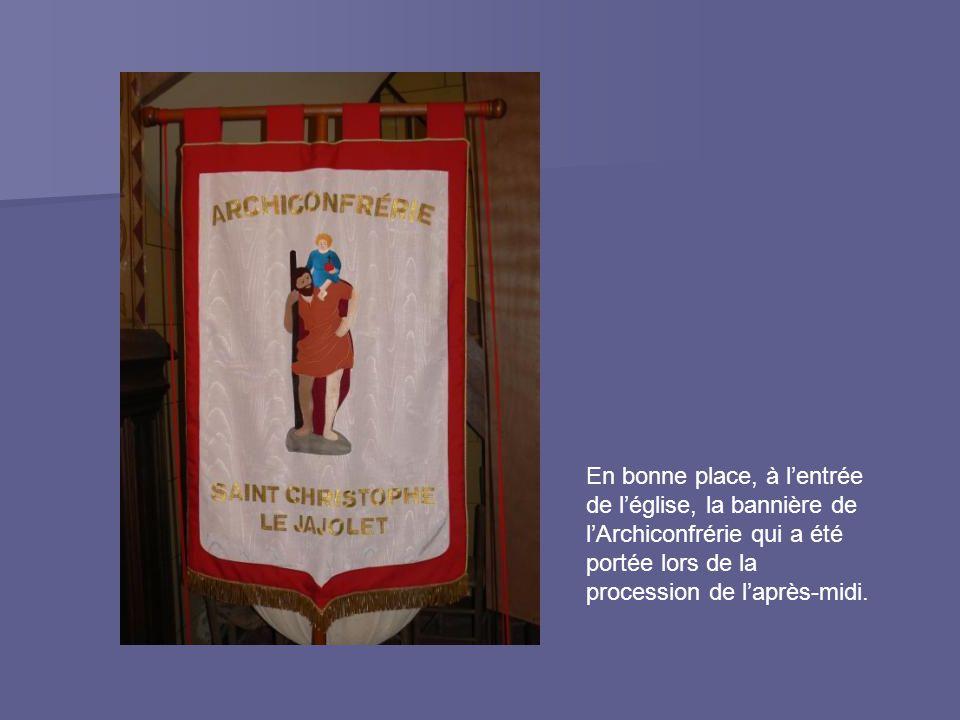 En bonne place, à l'entrée de l'église, la bannière de l'Archiconfrérie qui a été portée lors de la procession de l'après-midi.
