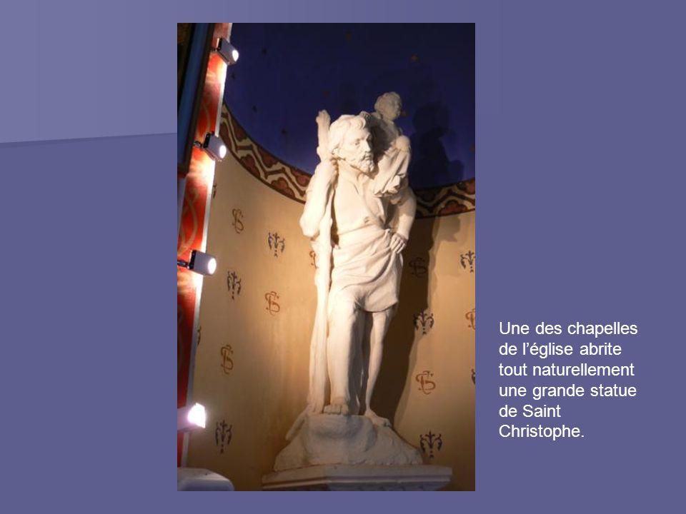 Une des chapelles de l'église abrite tout naturellement une grande statue de Saint Christophe.