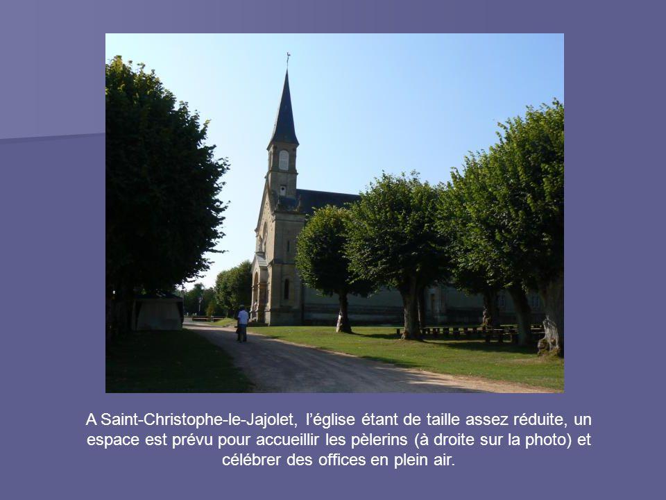 A Saint-Christophe-le-Jajolet, l'église étant de taille assez réduite, un espace est prévu pour accueillir les pèlerins (à droite sur la photo) et célébrer des offices en plein air.
