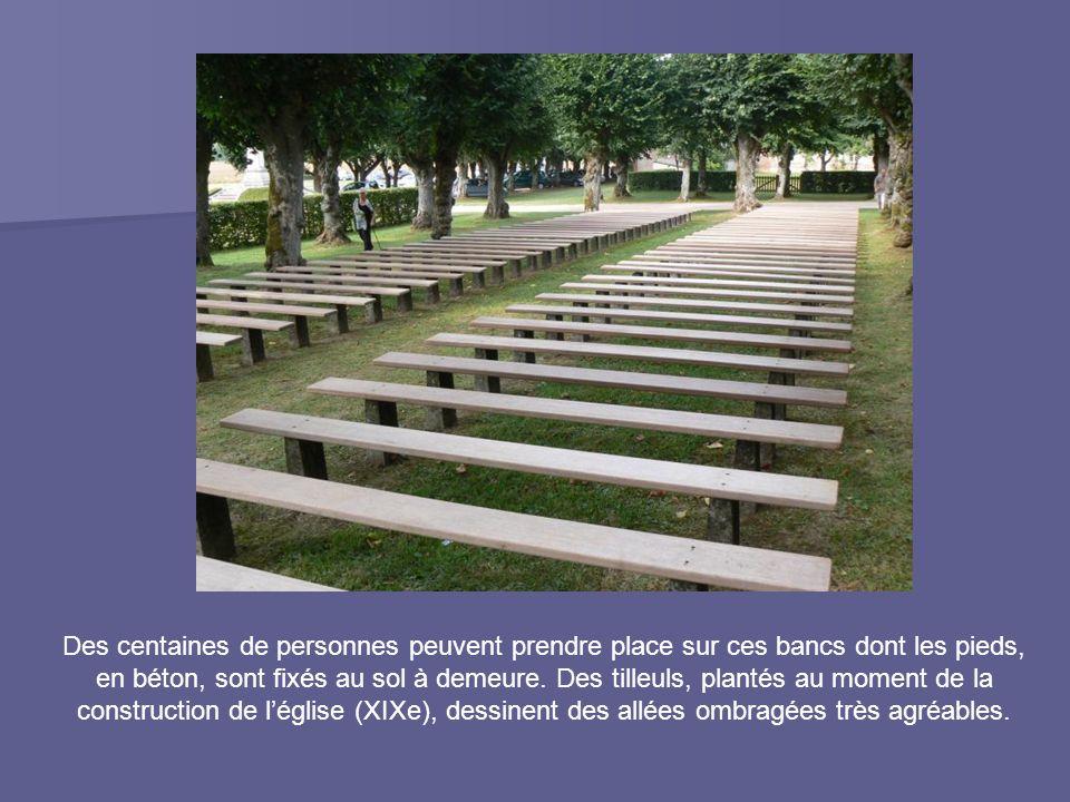 Des centaines de personnes peuvent prendre place sur ces bancs dont les pieds, en béton, sont fixés au sol à demeure.