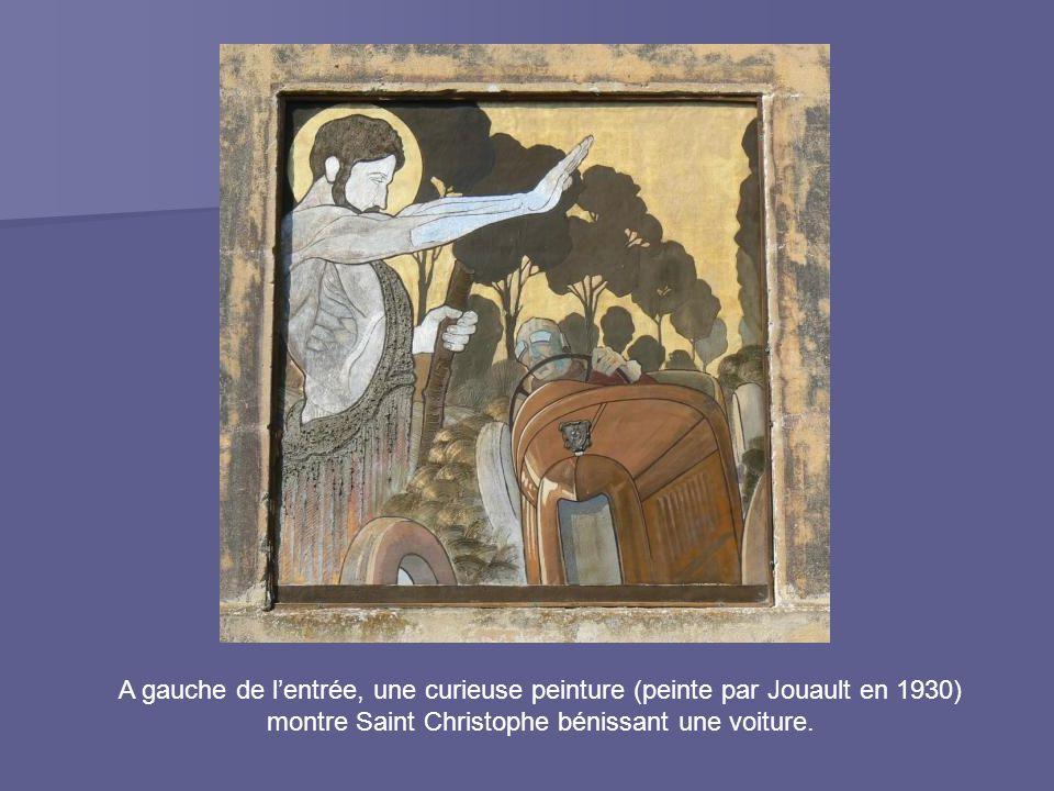 A gauche de l'entrée, une curieuse peinture (peinte par Jouault en 1930) montre Saint Christophe bénissant une voiture.
