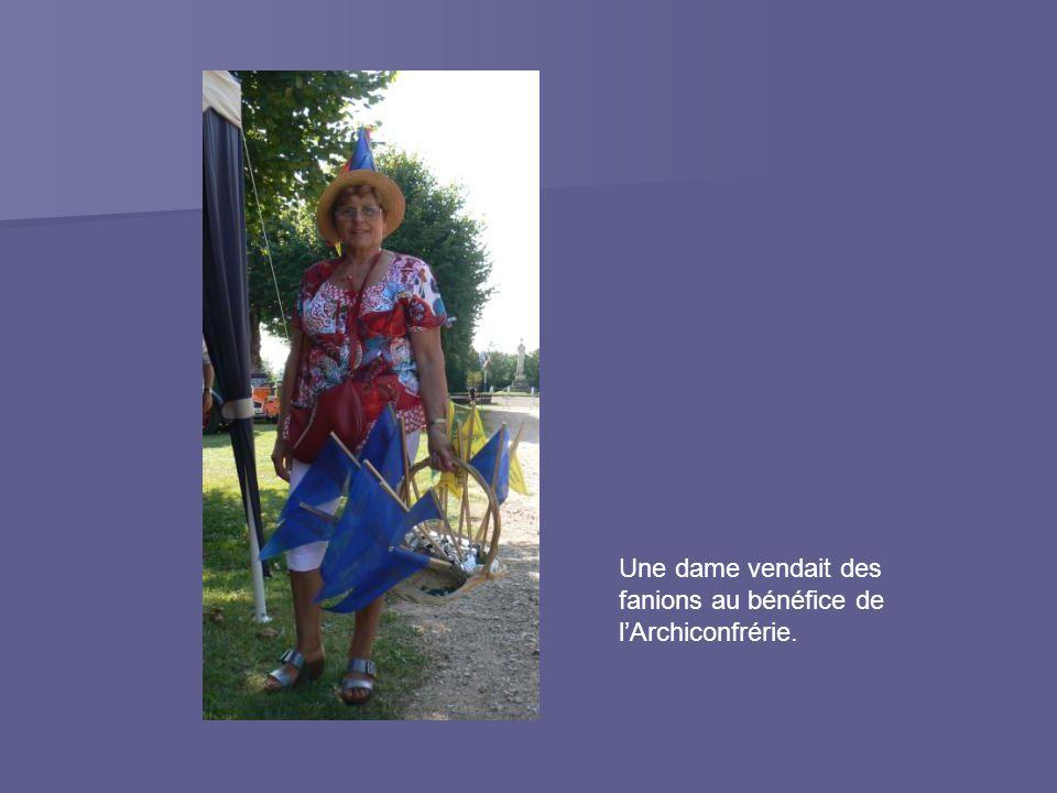 Une dame vendait des fanions au bénéfice de l'Archiconfrérie.