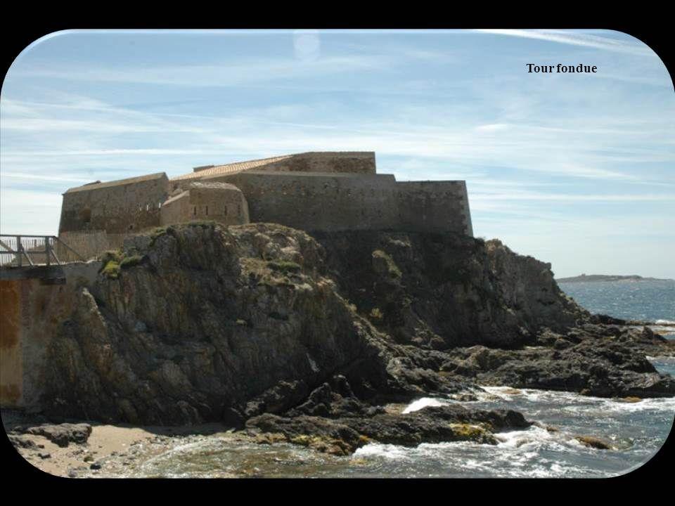 Sur la prochaine diapositive nous verrons La Tour fondue. Le fort est vestige d'une ancienne tour défensive du XVIIe siècle construite sous Richelieu,