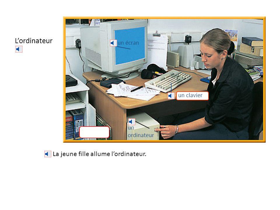 L'ordinateur un écran un ordinateur La jeune fille allume l'ordinateur. un clavier