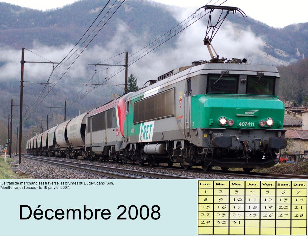 Décembre 2008 Ce train de marchandises traverse les brumes du Bugey, dans l'Ain.
