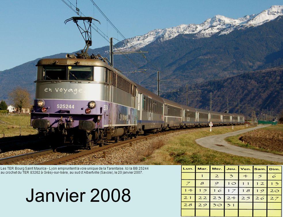 Février 2008 Le château de Miolans domine cette rame de TGV Duplex qui achemine des skieurs depuis Paris jusqu'aux stations de sports d'hiver.