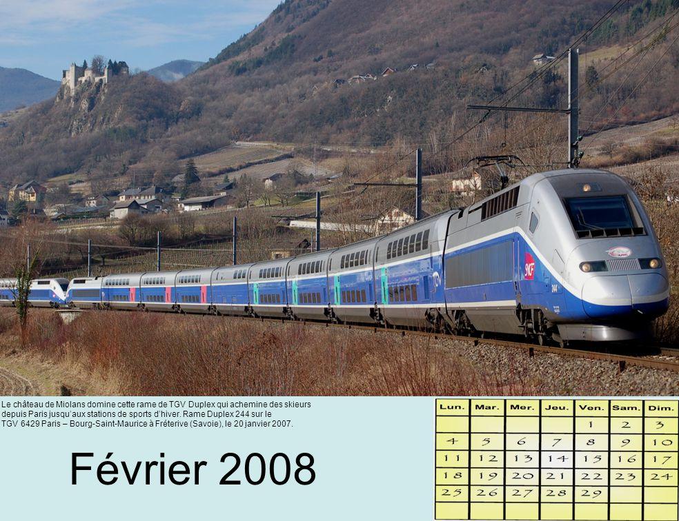 Un Corail Intercités sans voyageurs franchit une des nombreuses courbes de la Vallée de la Marne.