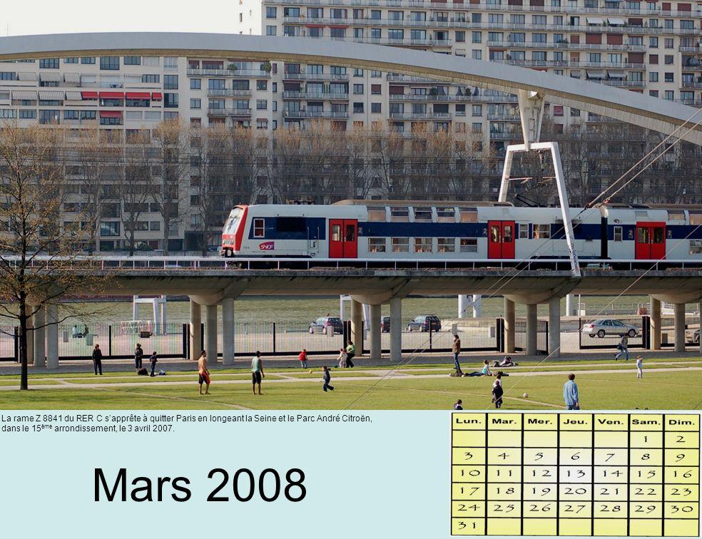 Mars 2008 La rame Z 8841 du RER C s'apprête à quitter Paris en longeant la Seine et le Parc André Citroën, dans le 15 ème arrondissement, le 3 avril 2007.