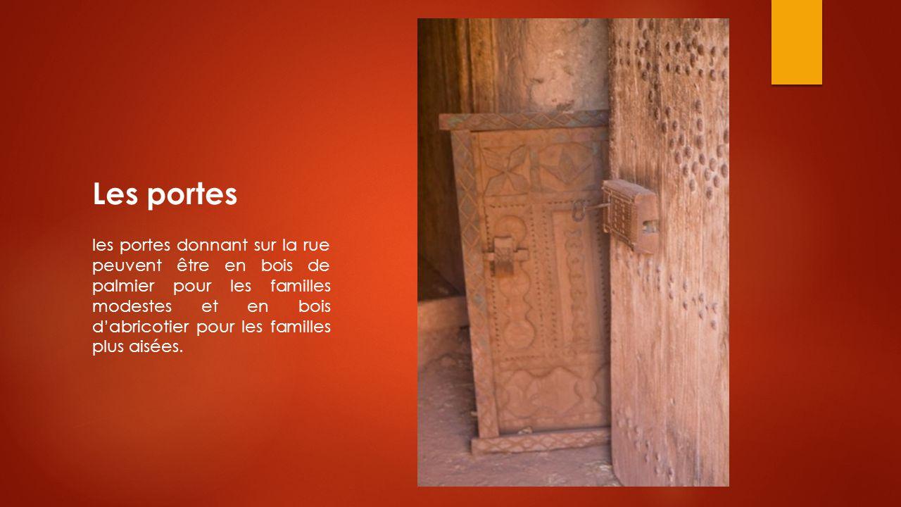 Les portes les portes donnant sur la rue peuvent être en bois de palmier pour les familles modestes et en bois d'abricotier pour les familles plus ais
