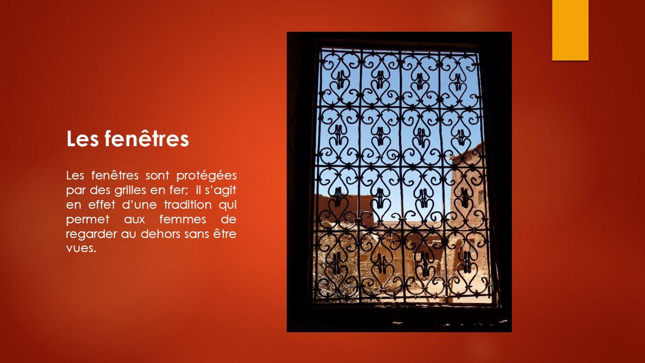Les fenêtres Les fenêtres sont protégées par des grilles en fer; il s'agit en effet d'une tradition qui permet aux femmes de regarder au dehors sans ê