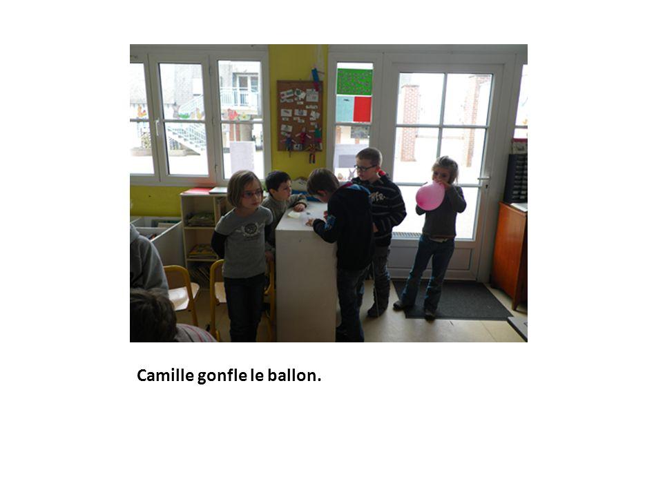 Camille gonfle le ballon.