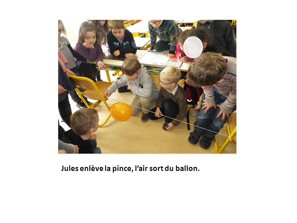 Jules enlève la pince, l'air sort du ballon.