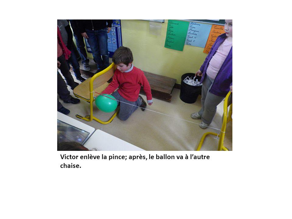 Victor enlève la pince; après, le ballon va à l'autre chaise.