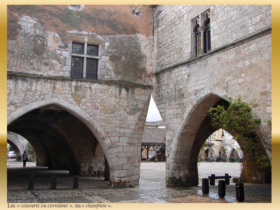 Des ouvertures les « chanfreins », ont été conçues à chaque angle de la place pour ménager un passage aux cavaliers.